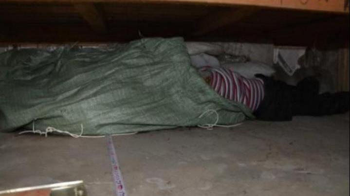 哥哥在床下竟然摸到了妹妹的身体,将床拉开后的一幕将哥哥吓得崩溃!
