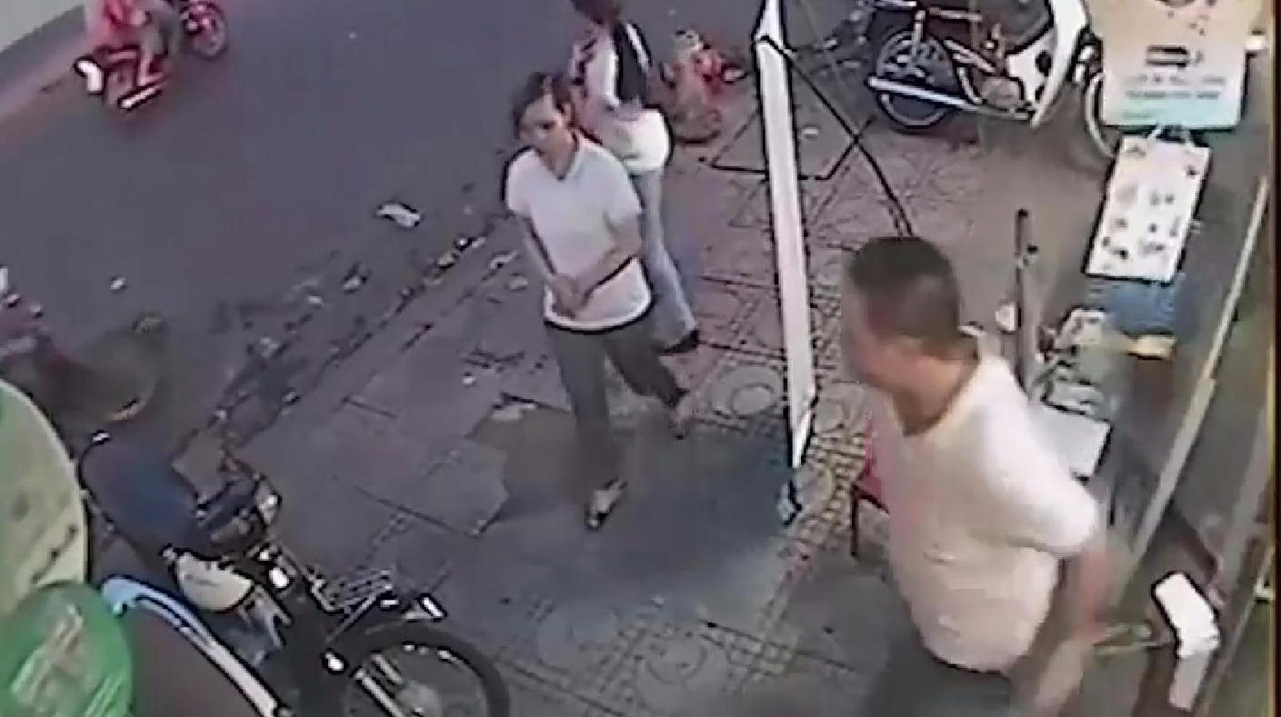 两名轻女子坐在店门口聊天,店老板发现不对劲,跑出来是已经晚了