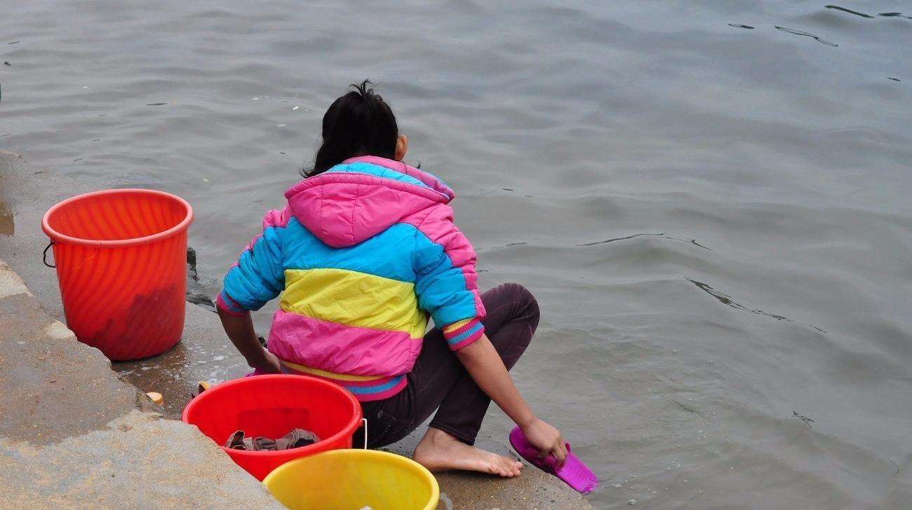 农村婆媳在河边洗衣服,婆婆说了一句话,儿媳妇就跳河里了