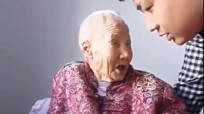 95岁奶奶和二货孙子:奶第一次一本正经的装糊涂,太调皮了