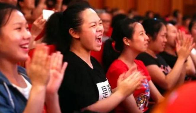 一个人模仿10多位歌手,看这个尖叫声和掌声就知道有多厉害了!