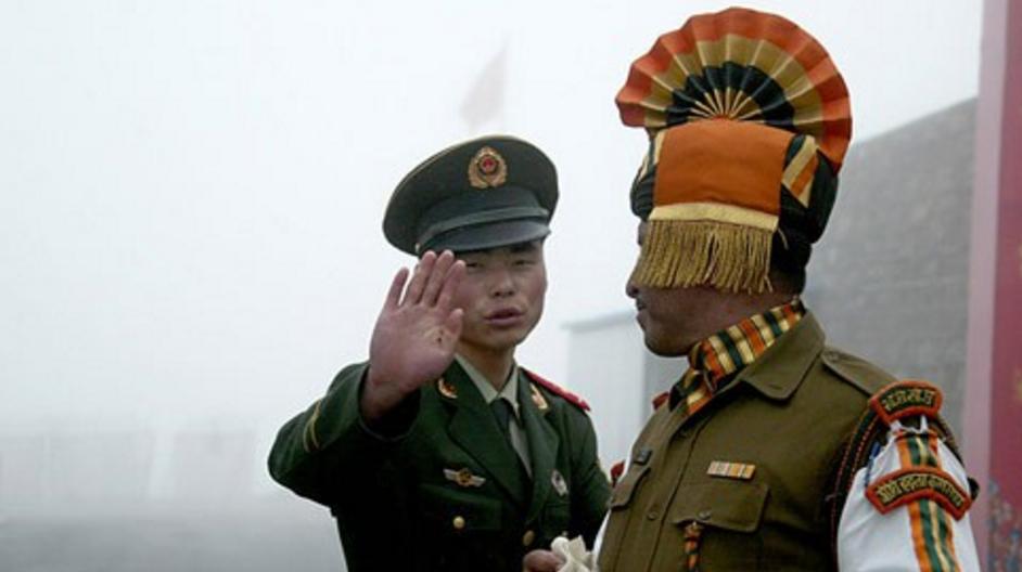 中国军人和印度军人在中印边境交涉,印军不听劝阻,场面失控!
