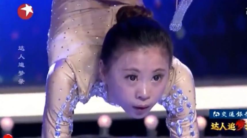 极品小萝莉表演柔术与杂技的结合,台下男观众盯着那条缝,疯了!