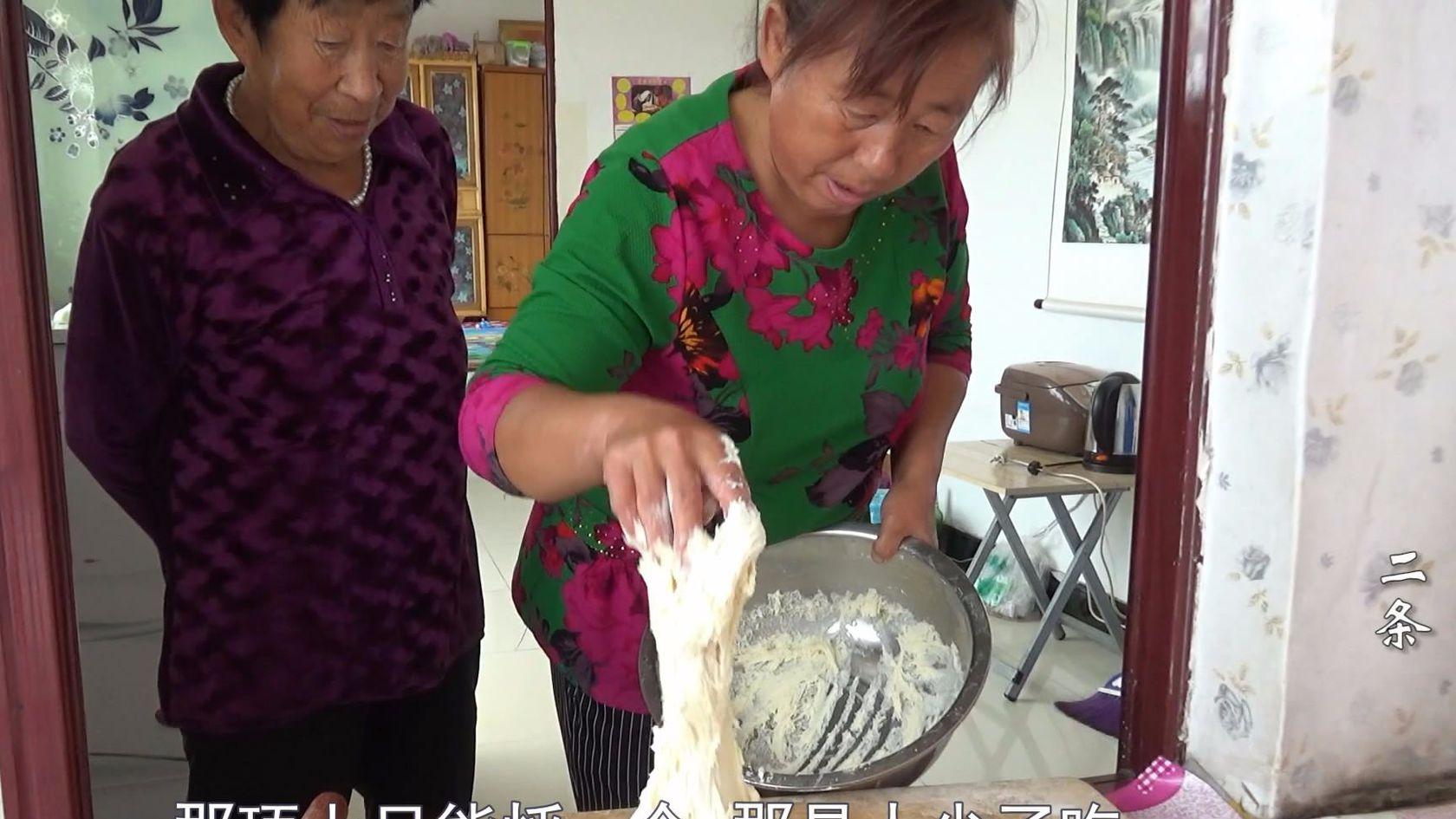 农村大妈做了道方法有些独特的暖乎菜
