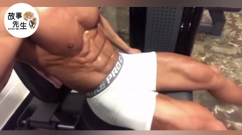 在健身房这样锻炼,会不会太显眼了