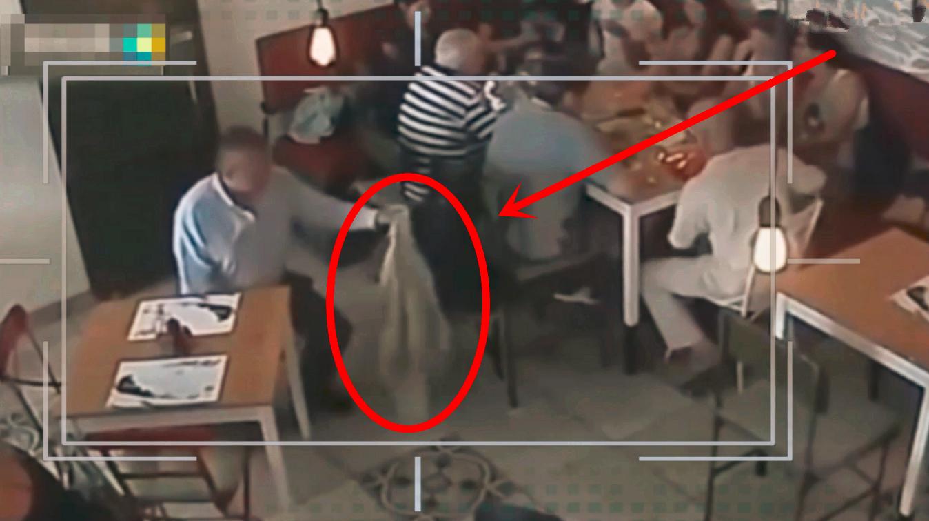 一家人正在吃饭,突然感觉不对劲,监控拍下老大爷无耻的一幕