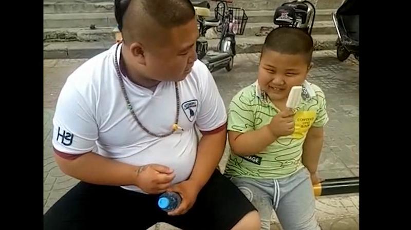 爸爸的一口雪糕把儿子吃心疼了